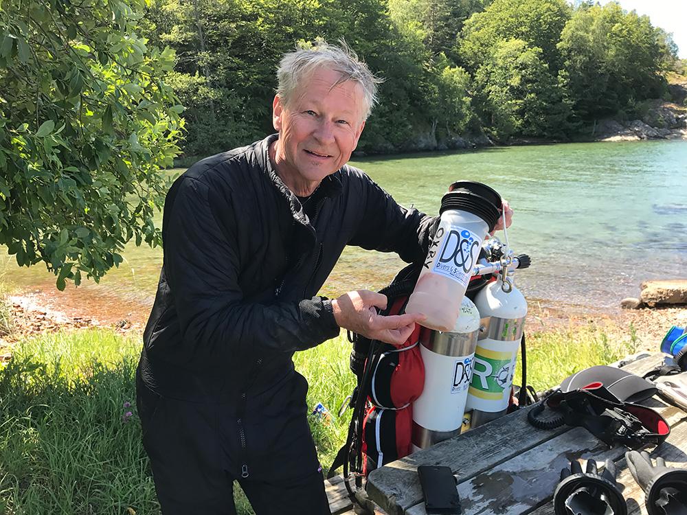 Gert Oxby med burkprov